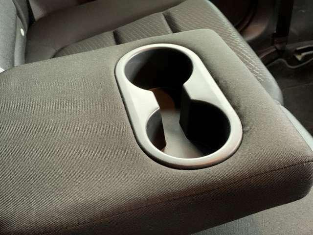 後部座席のアームレストには、ドリンクホルダーが一体となっていますので、くつろぎながら過ごせます。