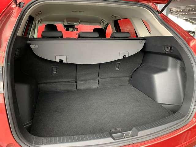 開口部が大きく、荷物の出し入れがしやすいトランクスペースとなっています!トノカバーもついているので、車外から中が見えにくくプライバシーも守られます。