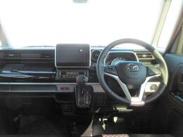 運転に集中できるようにスッキリとしたインパネ周りに、操作性も考えられてたスイッチの配置です。