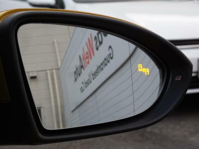 ブラインドスポテッドディテクション(後方死角検知機能)は死角となる後方側面に車両を検知した際にドライバーが方向指示器を操作するとドアミラー内臓の警告灯がオレンジに点灯し注意を促します。