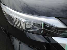 車両を検地し、24灯のLEDヘッドライトが自動でハイビームの照射範囲を切り替えます。