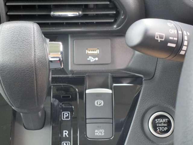 USBポートついています。スマホやモバイル機器のケーブルがつかえて便利!