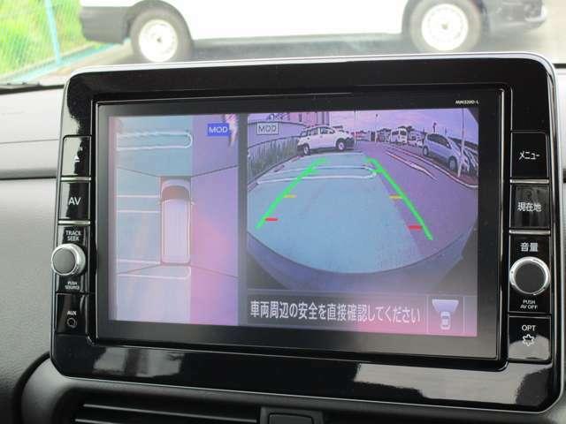 上から見下ろしているかのような映像のアラウンドビューモニター。駐車車両や白線との位置関係がひと目でわかるので安心です。