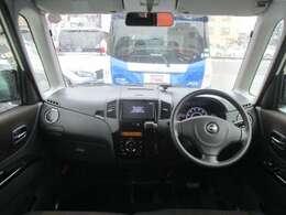 広いフロントガラスで視界良好の運転席。