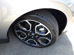 スポーティー走りを足元から支えるタイヤ&ホイールです。17インチの幅広・低扁平タイヤとアルミホイールを採用しています。