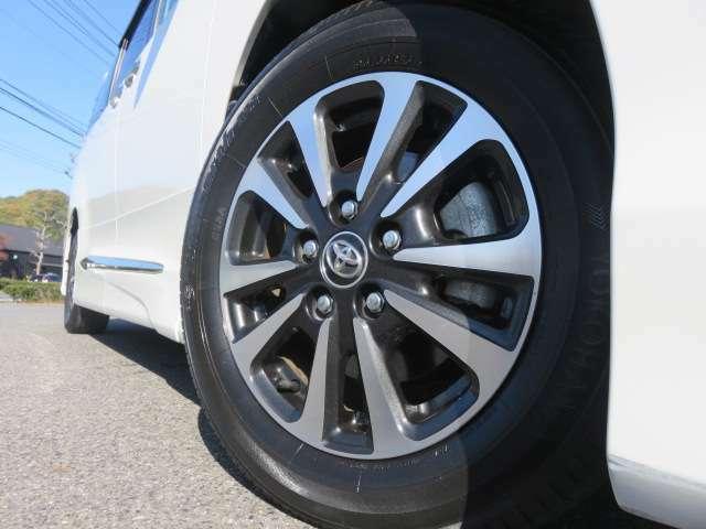 純正アルミは、気になるようなガリ傷などもなくキレイです。タイヤの溝は概ね6分山程度残ってます。