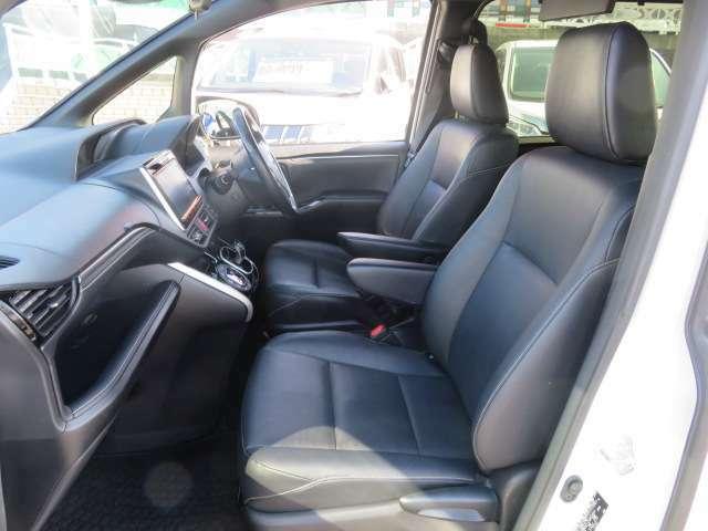 専用合皮のシートは肌触りもよく高級感があります。フロントシートにはシートヒーターが装備されてて、寒い時期の運転もさらに快適になりました。
