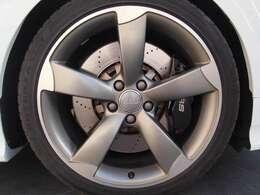 純正オプションの5アームローターデザインチタンルックアルミホイールが足元を引き締めます。