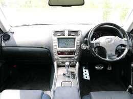 運転席周りは使いやすいシンプルなデザインとなっております。運転が苦手な方でも扱いやすい仕様となっております。ぜひお試しくださいませ