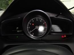 中央の大型円形メーターと左右のデジタルディスプレイに車の状態に関する情報を表示します。表示が頻雑にならないようにウォーニングランプの位置やカラーを適切化してます。