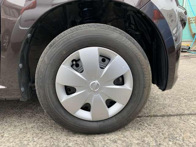 タイヤはノーマルタイヤを履いており、タイヤ山はおおよそ各4分山程度、タイヤサイズは145/80R13、スぺアタイヤレス車でパンク修理キット積込みです。 また、各ホイールキャップに傷割れ塗装跡があります