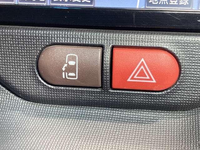 左側電動スライドドアは、子供の送り迎えの際に運転席からドアの開閉ができるので便利です。ルーフが高いので大人のかたの乗り降りもしやすいですよ