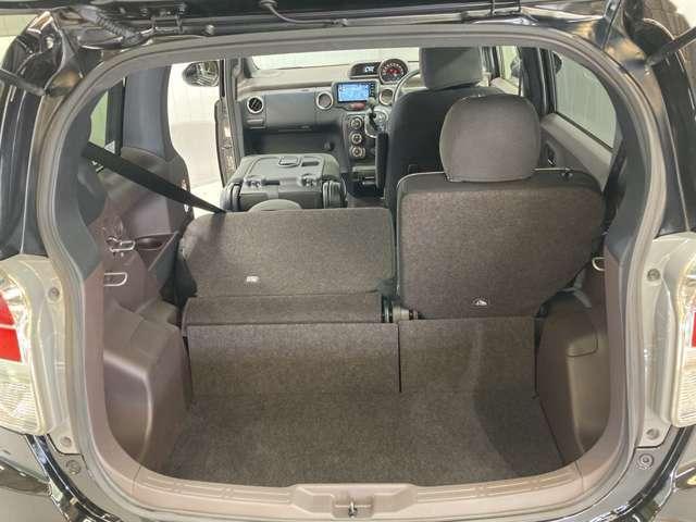 後部座席は分割でシートをたおすことができます。大きな荷物、ゴルフバックもつめます。上質で広々とした室内だから、みんなが心地よく車内で快適に過ごせます♪