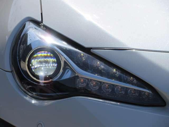 スタイリッシュなでサインのLEDヘッドライト♪ ライト側面部には、86のロゴも装飾されております♪