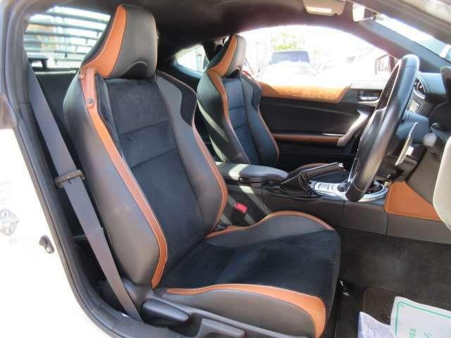専用インテリア&専用ハーフレザーシート付き♪ 質感の良いシートで、ホールド性もよく運転が楽しくなりますね♪