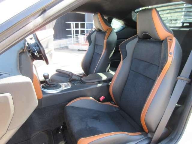 助手席シート回りもとても綺麗なコンディションとなります♪ 足元まで広々しており長距離運転でも安心です♪