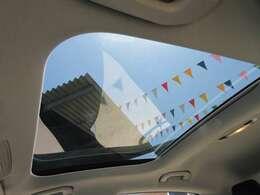 大人気のパノラミックスライディングルーフ付き♪ 車内も明るくなり開放感のある室内になります♪