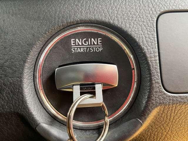 スロットに鍵を挿して、その鍵自体を押せばエンジンが始動します。鍵自体がプッシュスタートボタンとなります!一度使えば手放せない装備品です!