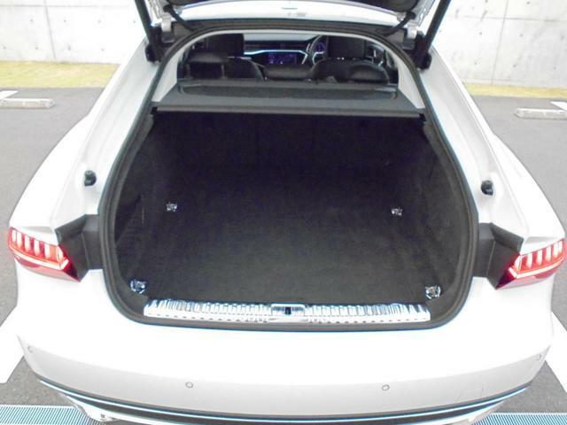 開口部が低く設定されているので、荷物の積み下ろしがスムーズに行えます。更に分割可倒式リアシートの採用でシートのバックレストを倒すと、大きく長い荷物も積み込めます。