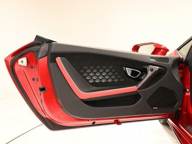 ドアの開口部も広く、スーパーカーですが乗り降りのしやすい設計になっています。