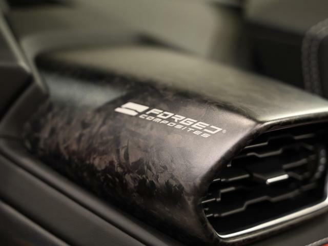 内装にはオプションのForged Compositesが装着されスポーティさに磨きをかけています。