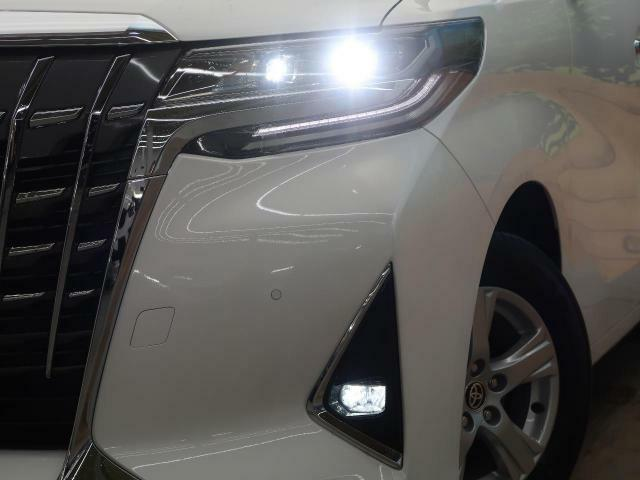 【LEDヘッドライト&フォグランプ】悪天候や夜間の走行も視界良好で安心してお乗りいただけます。