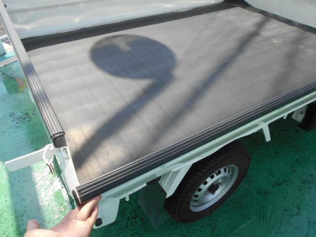 荷台の縁もしっかりゴムでカバーしてあるので安心ですね!