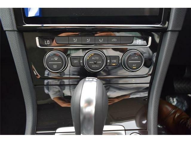 2ゾーンフルオートエアコンディショナー。運転席と助手席でそれぞれ独立して温度・風量の調節ができます。USBデバイス接続端子、オーディオ外部入力端子搭載。