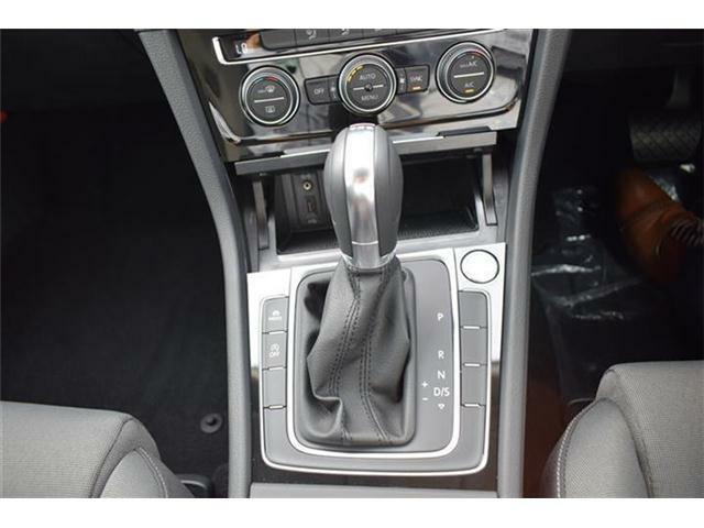 エンジンスタートボタン搭載。マニュアルモード付7速DSGトランスミッションAT車。アイドリングストップ、ドライビングプロファイル機能搭載。