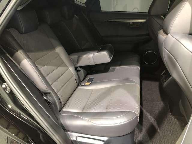 【セカンドシート】しっかりと確保されたヘッドクリアランスと足元で大人でもゆったり座れるセカンドシート。