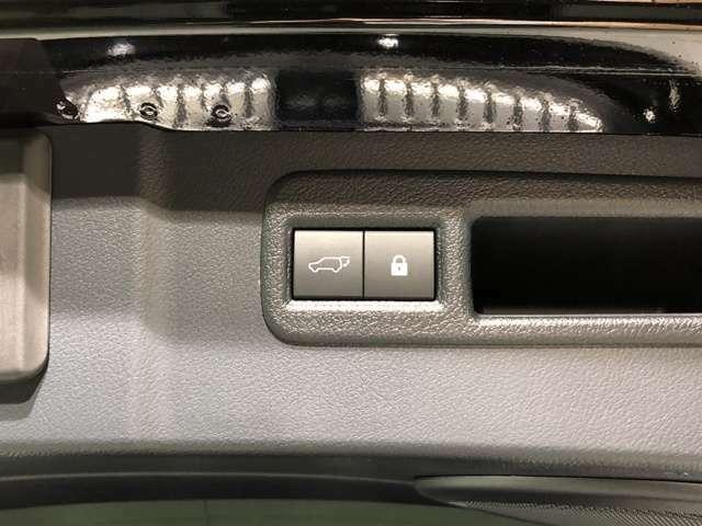 【パワーバックドア】ボタン一つで開閉可能なパワーバックドアを装備。ドアスイッチからはもちろん運転席からの開閉も可能。