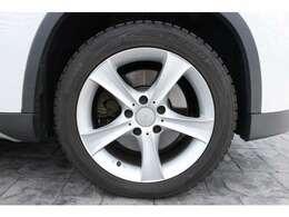 タイヤサイズは、フロント・リア共に225/50R17  17インチのアルミホイールを装着。高いデザイン性と品質で、足元からおしゃれに彩ります。