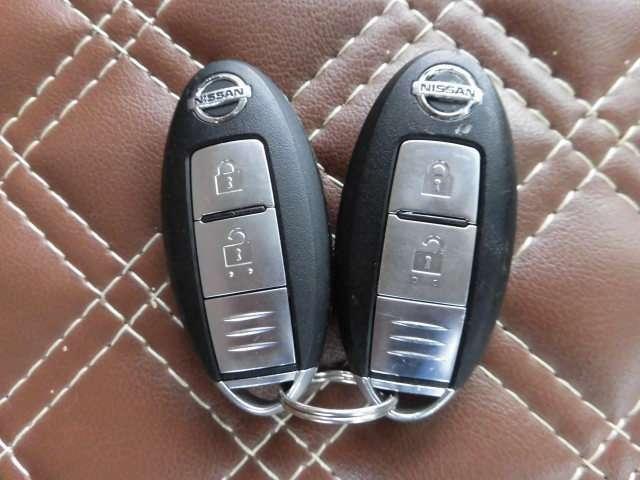 インテリジェントキー付です。キーを持ってドアのボタンを押すだけでドアの施錠・開錠が出来ます。そのままキーが車内にあればエンジンをかけることも出来ます。