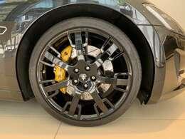 20inブラックネプチューンホイールにイエローブレーキキャリパー装着。オールブラックな外装にイエローキャリパーがエレガントさを演出