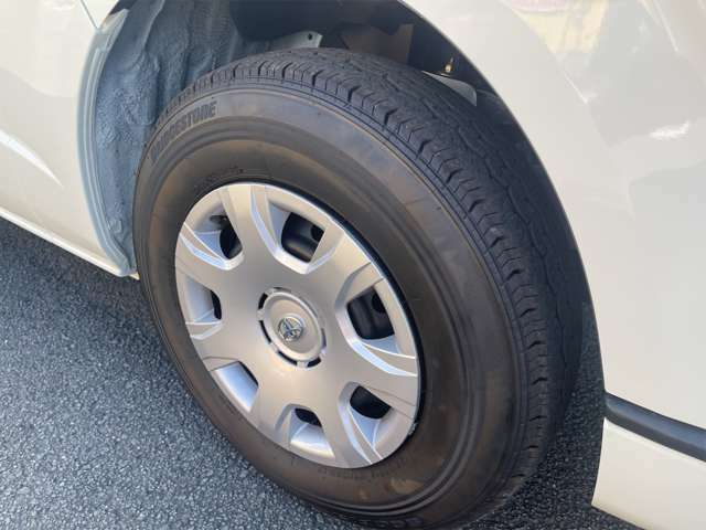ホイールキャップですが、傷などは見受けられません。タイヤの溝もまだまだございます。