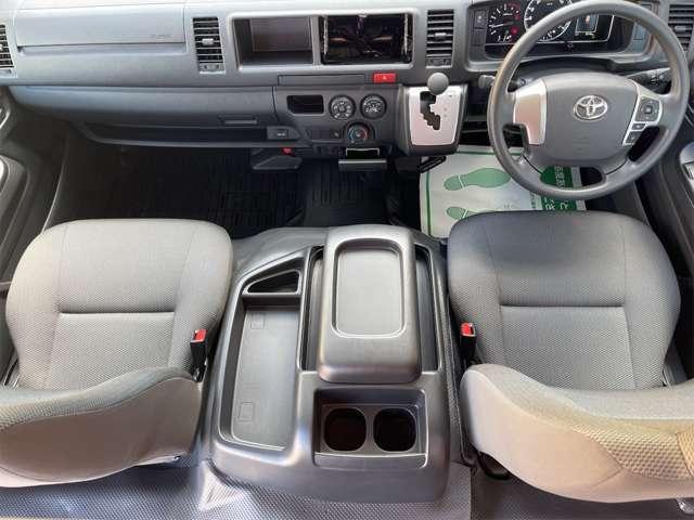 助手席前にはグローブボックスがあり車検証などを収納することができます。大型センターポケットもあるので小物が散らかることなく収納できます。