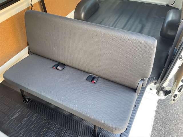 後ろ席のシートはベンチシートになってます。畳んでフラットにして前にずらすことができるので、さらに後ろに荷物を積み込むこともできます。
