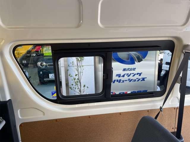 後ろのガラスは手動になりますがどちらとも開閉することが可能です。