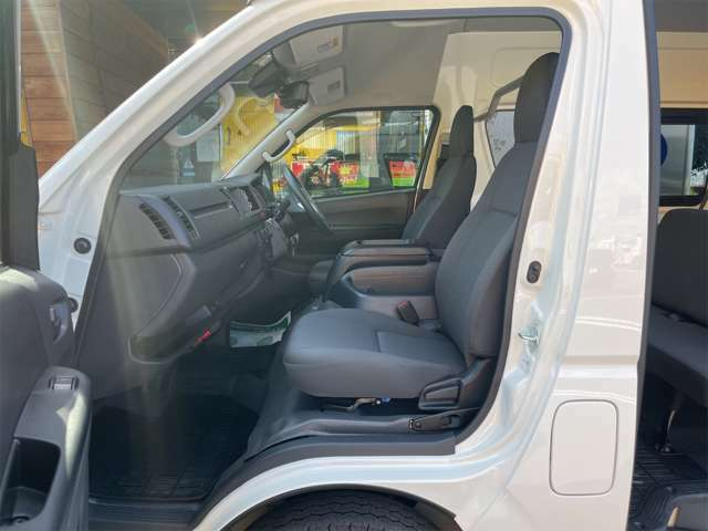 助手席から見た室内です。フロントのシートは倒してフルフラットにすることが可能です。助手席下にはエンジンがあります。