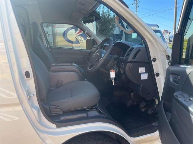 運転席側から見た車内です。シートのへたり、破れ、汚れなどは見受けられません。