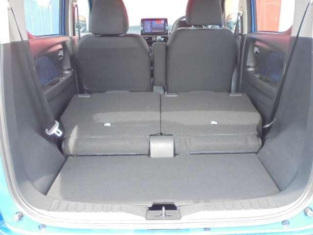 後席可倒式シートを倒すと、広いスペースができます。