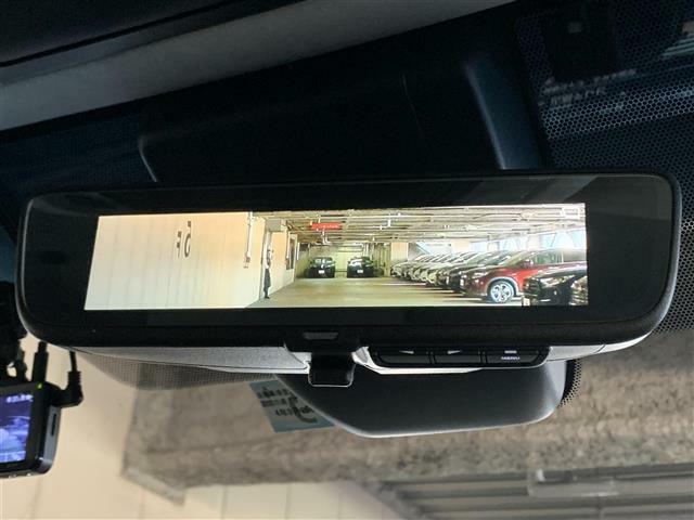 【デジタルインナーミラー】バックドア内側にカメラを取り付けてインナーミラーに後方映像を表示します。後席に同乗者がいても、クルマの後ろを広い範囲で表示します。