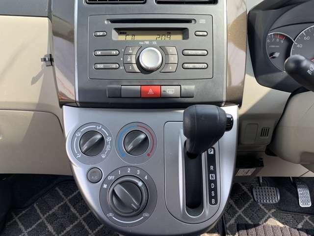 写真ではCDを入れる場所が見えると思います。 これは気にしないでください。 CD壊れてますんで。 ラジオは聞けます! 壊れかけのラジオではありません。 もちろん、中古のナビの販売や取り付けもやってます