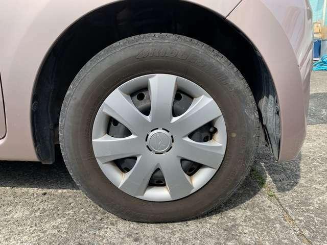 タイヤはノーマルタイヤをはいており、タイヤ山はおおよそ各4分山程度、タイヤサイズは145/80R13となります。 スペアタイヤは積込みです。 中古車ですのでキャップに擦れ汚れありますが多めに見て下さい