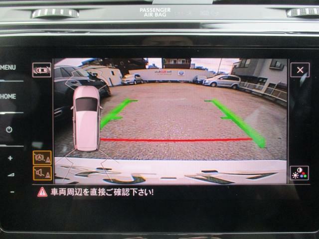 【パーキングセンサーアシストリアトラフィックアラート機能付バックカメラ】(ゴルフトゥーランTDIシリーズ標準搭載)リバースシフトに連動しナビゲーション画面上で切り替わります。