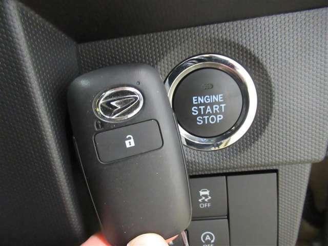 ドアの開閉時、両手が荷物で塞がっている時はキーレスでのカギの解除が大変ですよね。スマートキーはポケットやバッグに入れておけば、ドアロックの解除がやエンジンスタートが可能です。とても便利な機能ですね