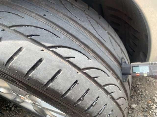 タイヤの残り溝もまだあります。  ※ 写真掲載タイヤゲージは付属しません。