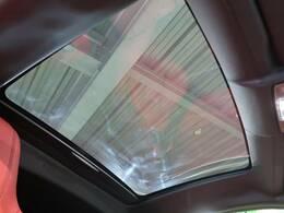 オプションのパノラミックガラスルーフ。この装備があるだけで室内の解放感が上がり素敵なドライブを存分にお楽しみいただけます。