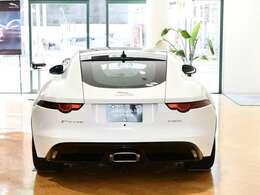 自動展開式のリアスポイラーを搭載。高速走行時の安定性をぐっと高めデザインも良く操縦面、デザイン面からもスポーツカーに乗っている気持ちを高めてくれます。