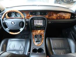 JAGUARの『XJ』を中古車でご紹介!左ハンドル、黒皮シート、HIDヘッドライト、電動シート、電動ステアリング機能なども搭載!